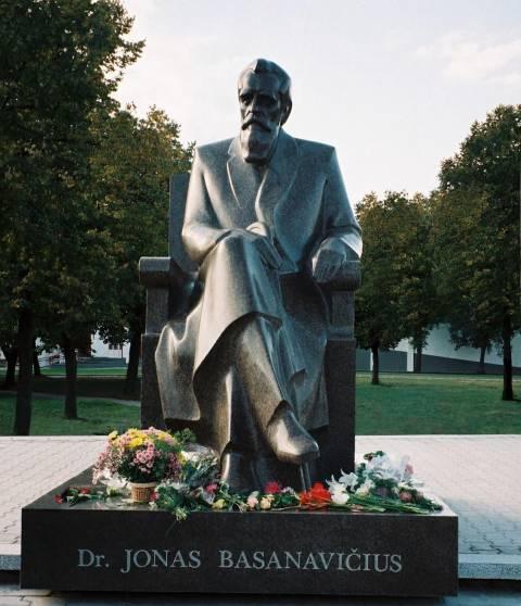 Dr. Jonas Basanavičius — skulptoriaus Antano Žukausko ir architekto Vytauto Balčiūno 1996 m. paminklas Vilkaviškyje